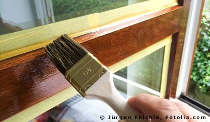 Mieter Streicht Die Holzfenster Seiner Wohnung